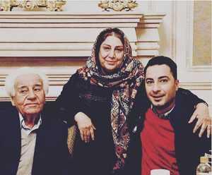 عکس سه نفري نويد محمد زاده با پدر و مادرش