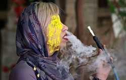 کشيدن سيگار و قليان براي دختران عادي شده است