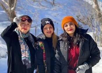 ليندا کياني با تيپ زمستاني در کوه پر از برف