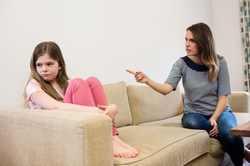 چه زماني بايد به فرزندمان تذکر بدهيم؟